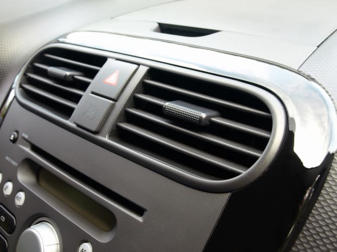 車のエアコンが臭い原因を知る