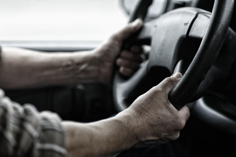 ハンドルの下部を握るのは「高い熟練度」のドライバー?