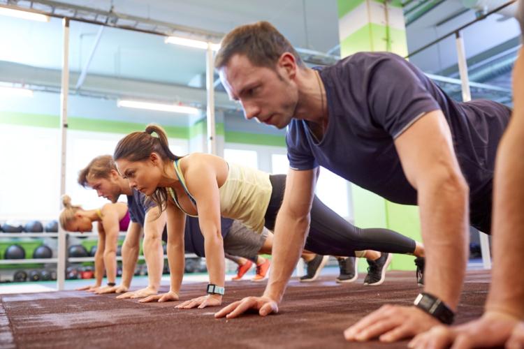 ニー・トゥ・エルボー・プッシュアップで体幹力と柔軟性強化