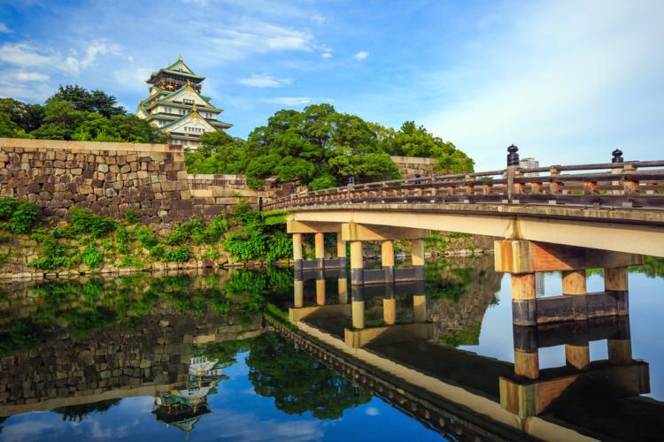大阪城の堀で釣りをする人々は後を絶たない