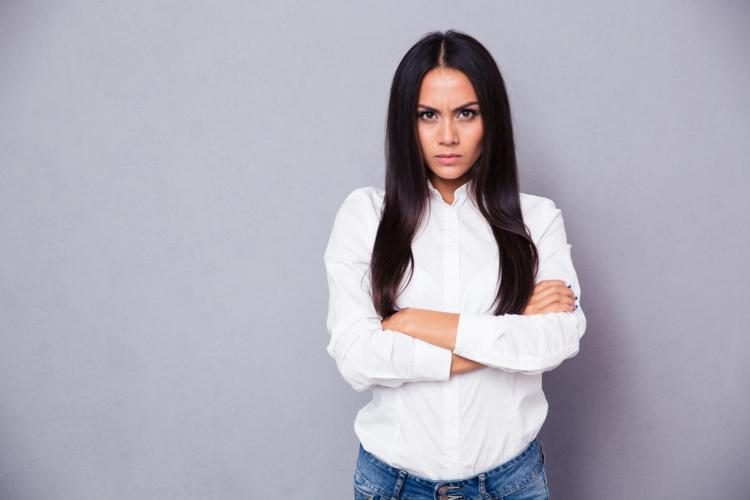 言葉や行動でパートナーを精神的に追い詰めるモラハラ妻