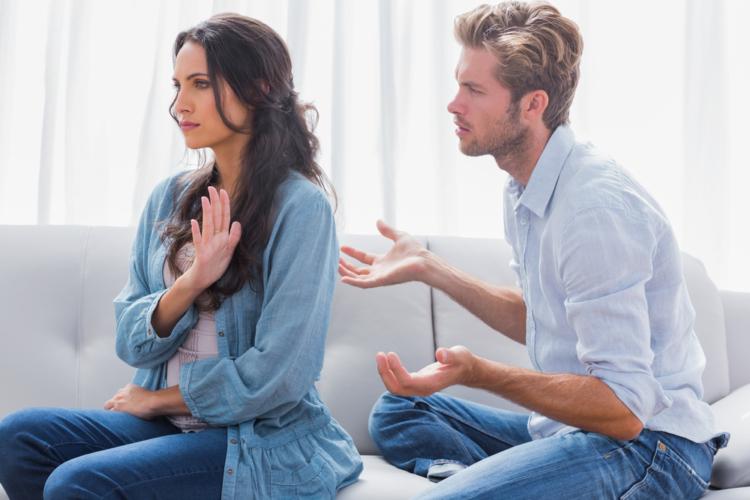 モラハラ妻はどんな時も自分が正しいと思っているため、少しでも気に入らないことがあれば夫を「非常識だ」と攻撃し、夫の主張のすべてを否定します
