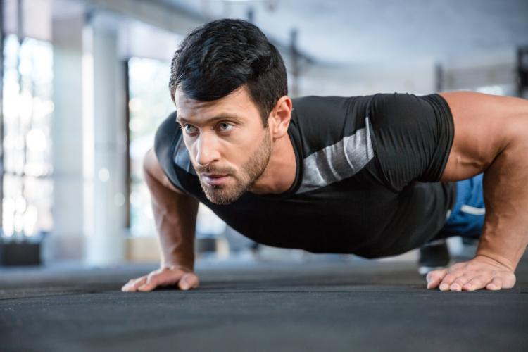 デクラインプッシュアップで大胸筋上部も鍛える