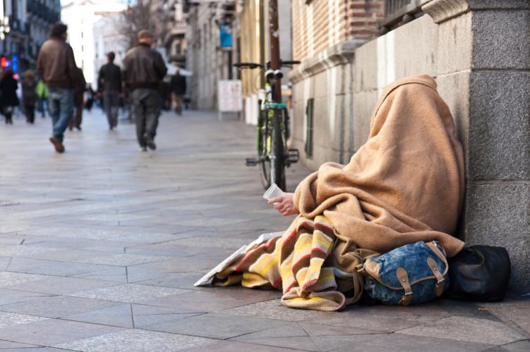 ホームレスの殆どは橋のほとりで寝ているか酷い場合だと通りでテントを張り寝ているらしい