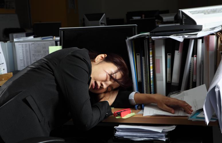 最近は情報管理の問題があるため、自宅への持ち帰りよりも職場でのサービス残業のほうが多いだろうと考えられます