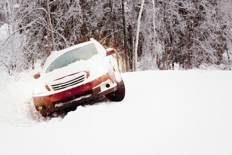 冬場、雪道を走るときは車の性能を過信しない