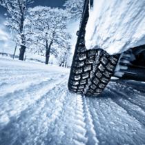 雪道で普通のタイヤはダメ!