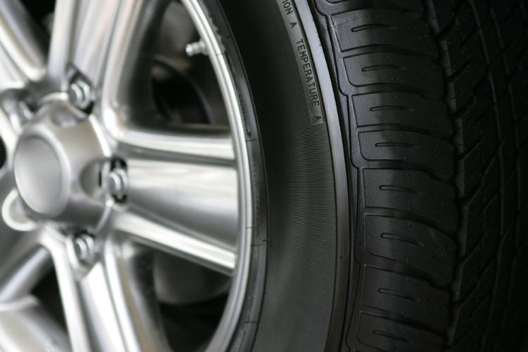 自動車とタイヤ