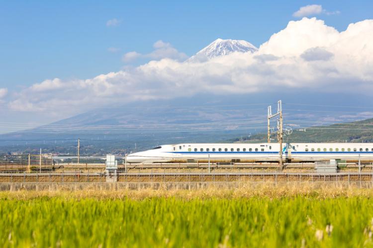 そのクルマは新幹線かよ!