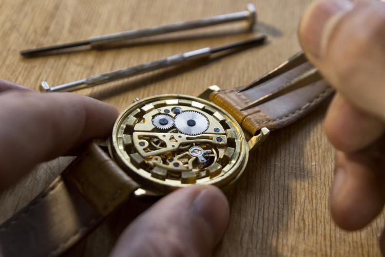 アンティーク時計の定義と価格は?