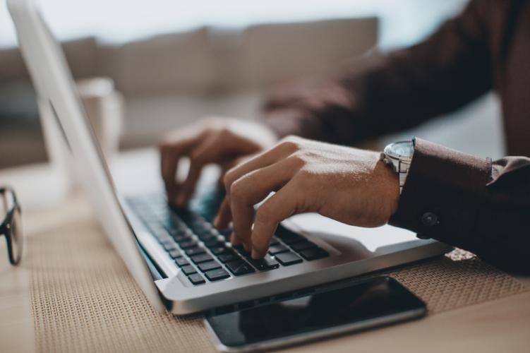 手書きかパソコン、どっちで作成すべき?