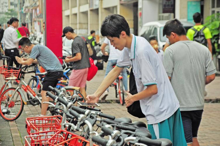 中国の消費者の多くはアリベイ、ウィーチャットベイ共々スマホに入れている