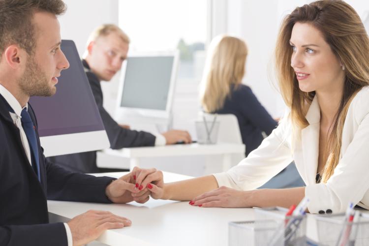 出逢いの場で圧倒的に多いのは、男女どちらかの職場