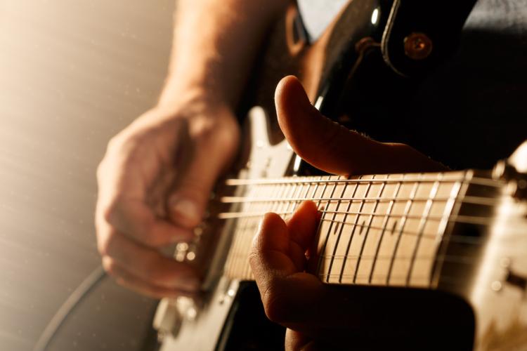 あなたはこのギタリストの名前を知っていますか?