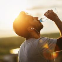 一日に水、どのくらい飲んでますか?