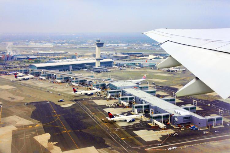 空港の保安検査場の渋滞は、誰もが嫌がる
