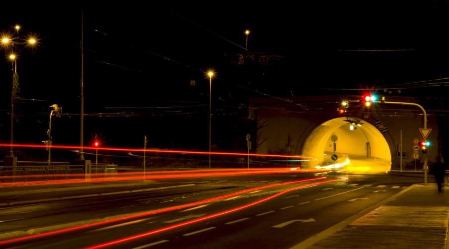 長いトンネルには信号機がある