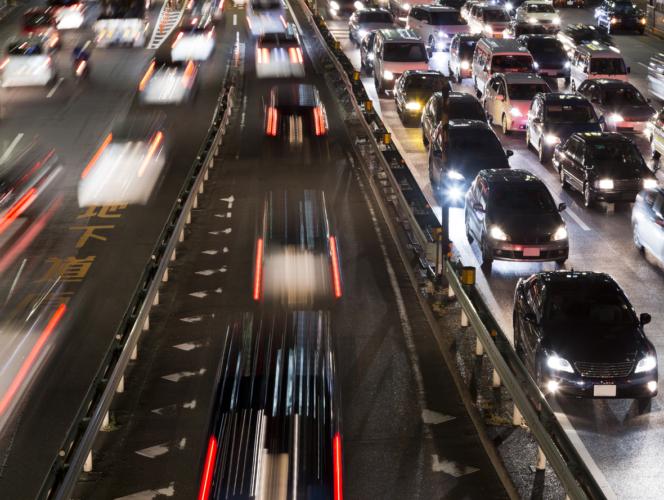 早く渋滞を抜けたいなら、高速道路の左側を走る