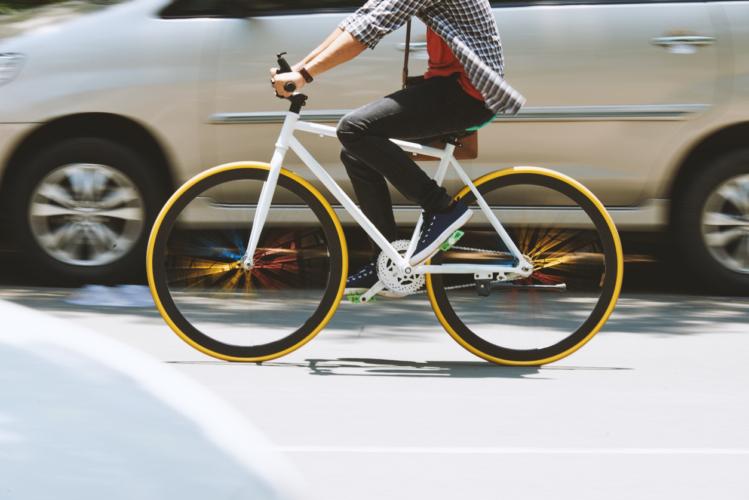 サイクリング中に自動車とのトラブルを避ける方法4つ