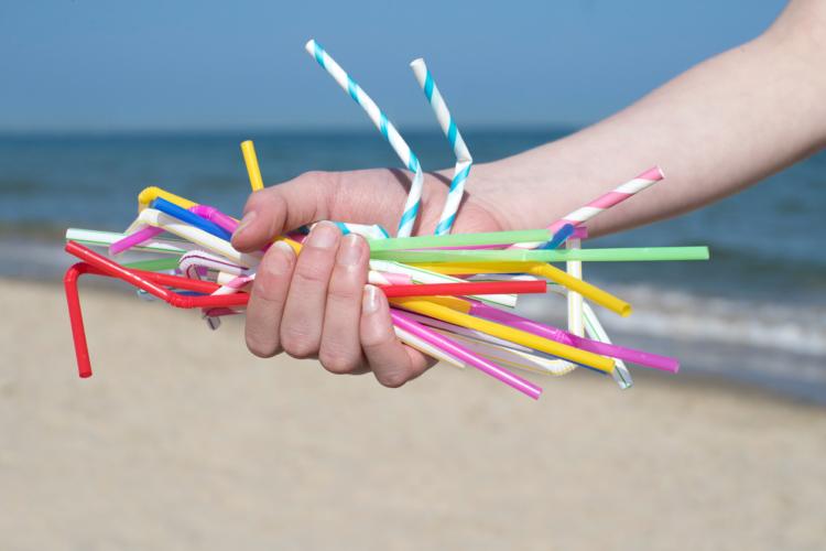外食大手がプラスチックストロー廃止を発表