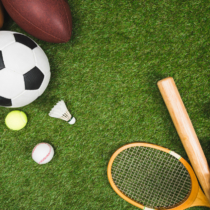 様々 なスポーツのボール、野球のバットやグローブ、緑の芝生でバドミントン ラケット