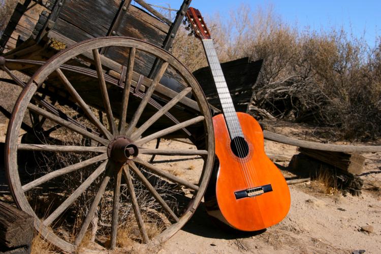 「ほうきとタバコの箱で作ったギター」を弾いていた
