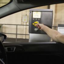 駐車場の精算機にうまく車を寄せる方法3つ
