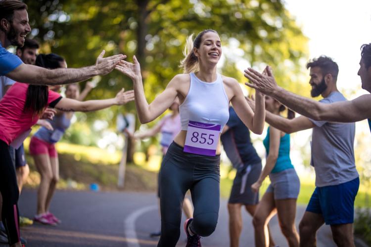 中国のマラソン選手が国旗を投げた?
