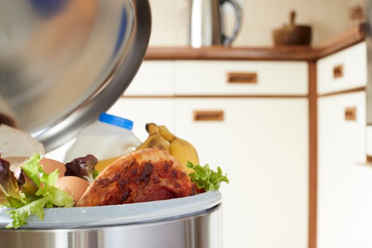 フードバンクでも、余った食料のうち、生鮮食品やコンビニの弁当や総菜は、断っている。