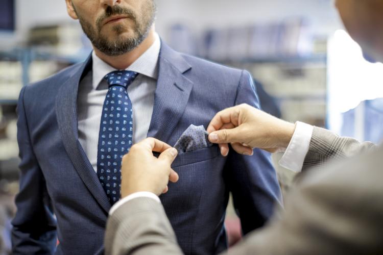 高いアドバイス料で服を選ばせる?