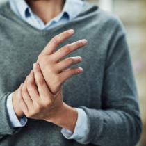 ふとした瞬間に「指がしびれる」こと多くないですか?