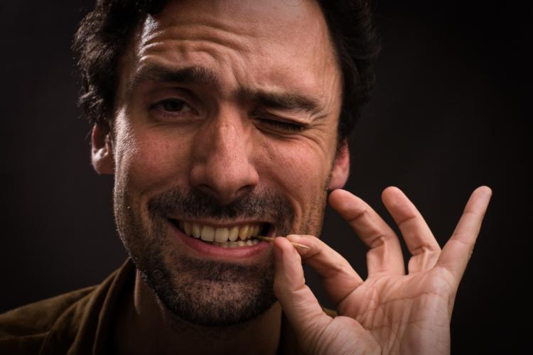 オヤジの悩み 「オヤジが食後に爪楊枝でシーハーするのは実は歯周病やむし歯だった!?」 歯医者アドバイス